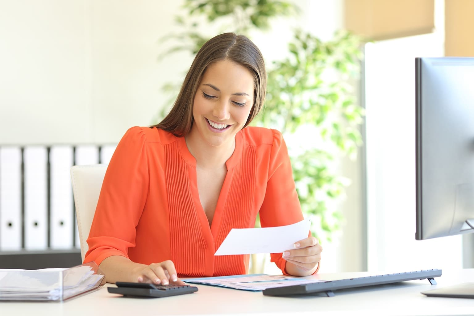 Vrouw bezig met boekhouding tijdens Twinfield training Basic