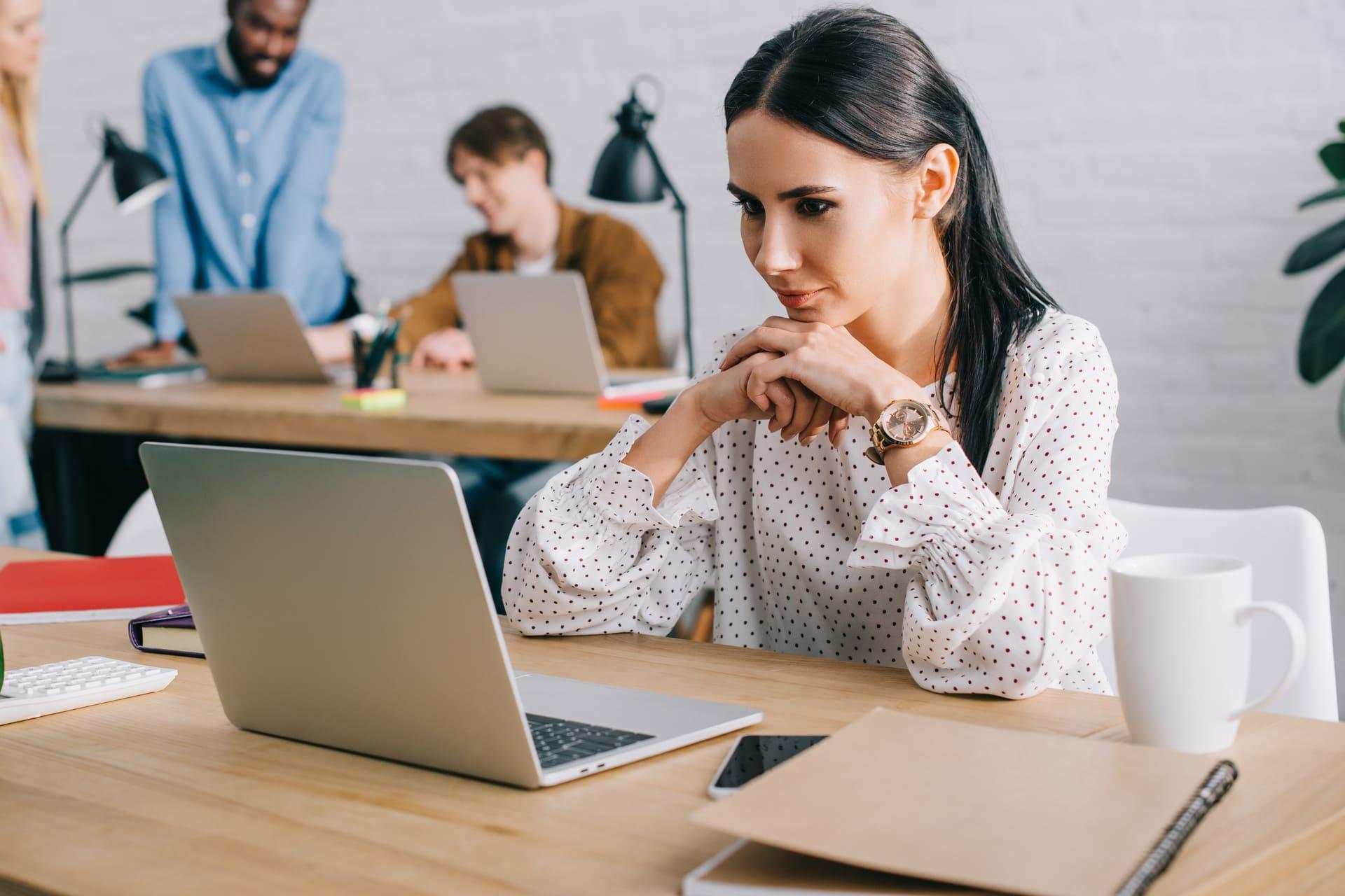 Vrouw bekijkt actuele onderwerpen accountancy thema's