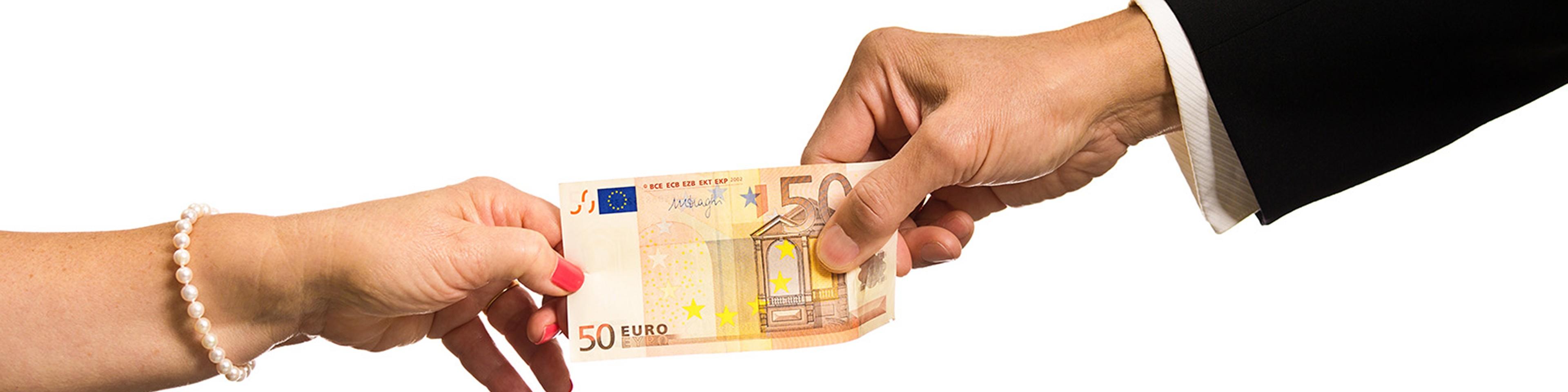 Händer som drar i eurosedel
