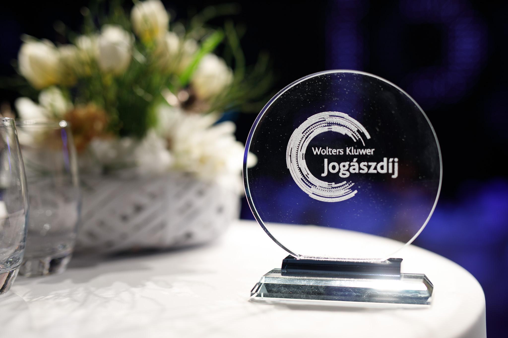 jogaszdij2018-Dij-asztalon