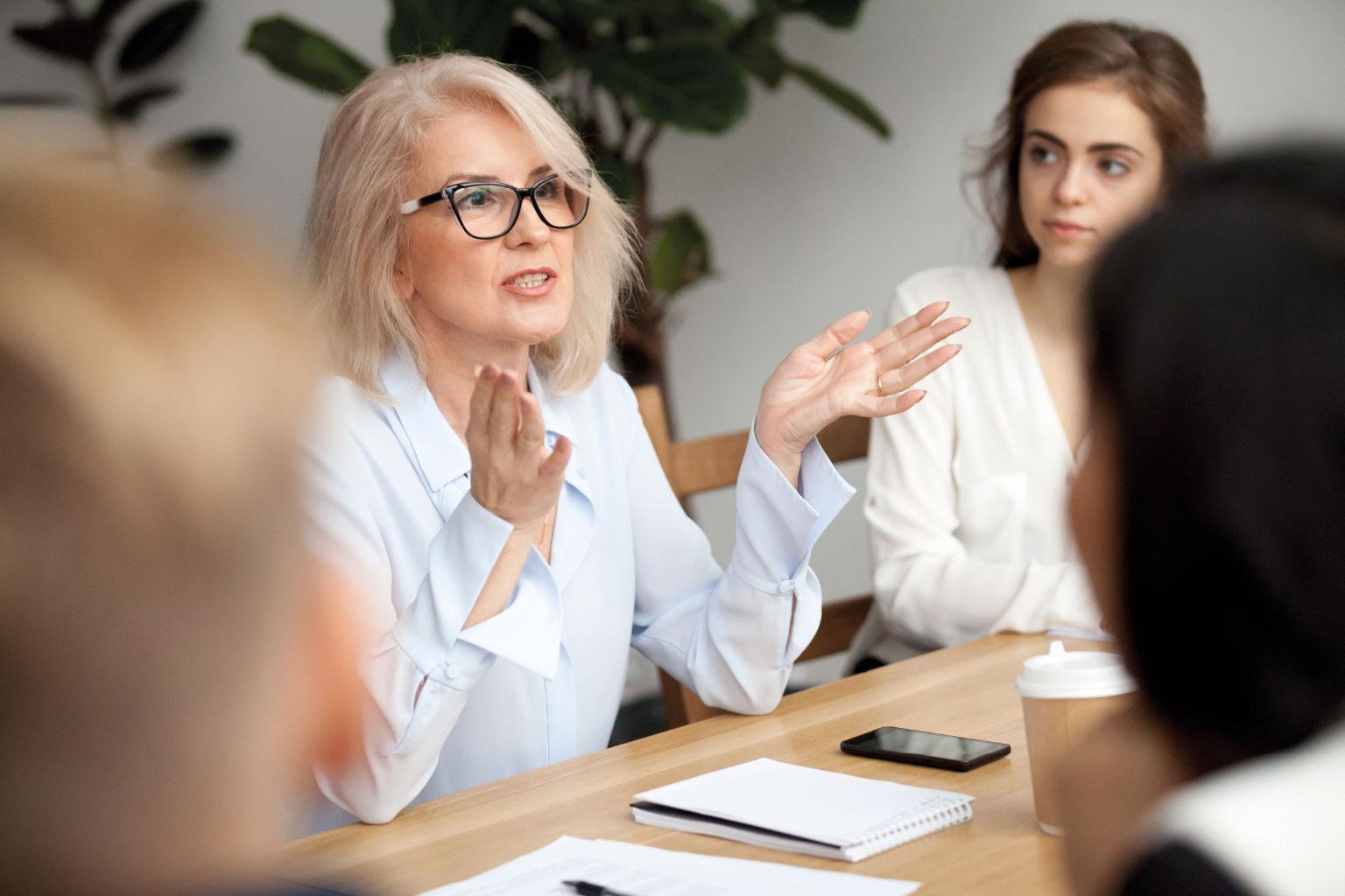 Pani profesor na uczelni tłumaczy studentom jak korzystać z LEX Context przy pisaniu pracy