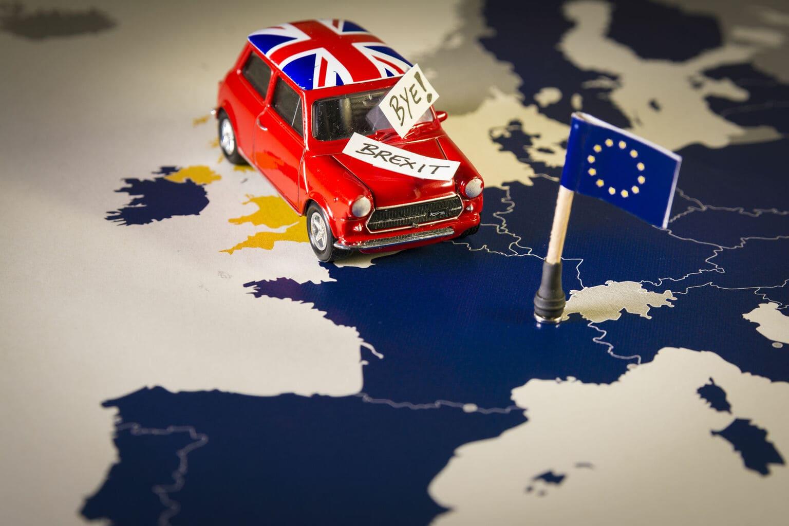 Autootje met Brexit bordje rijdt over kaart van EU