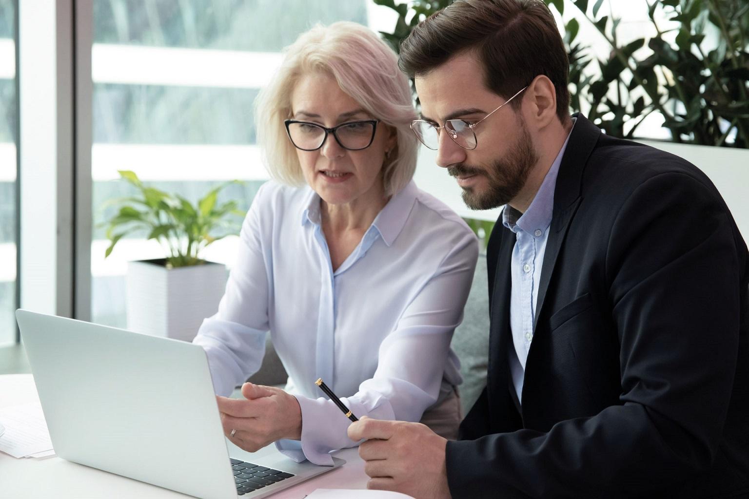 Kobieta i mężczyzna pracują na laptopie na LEX Baza Dokumentów