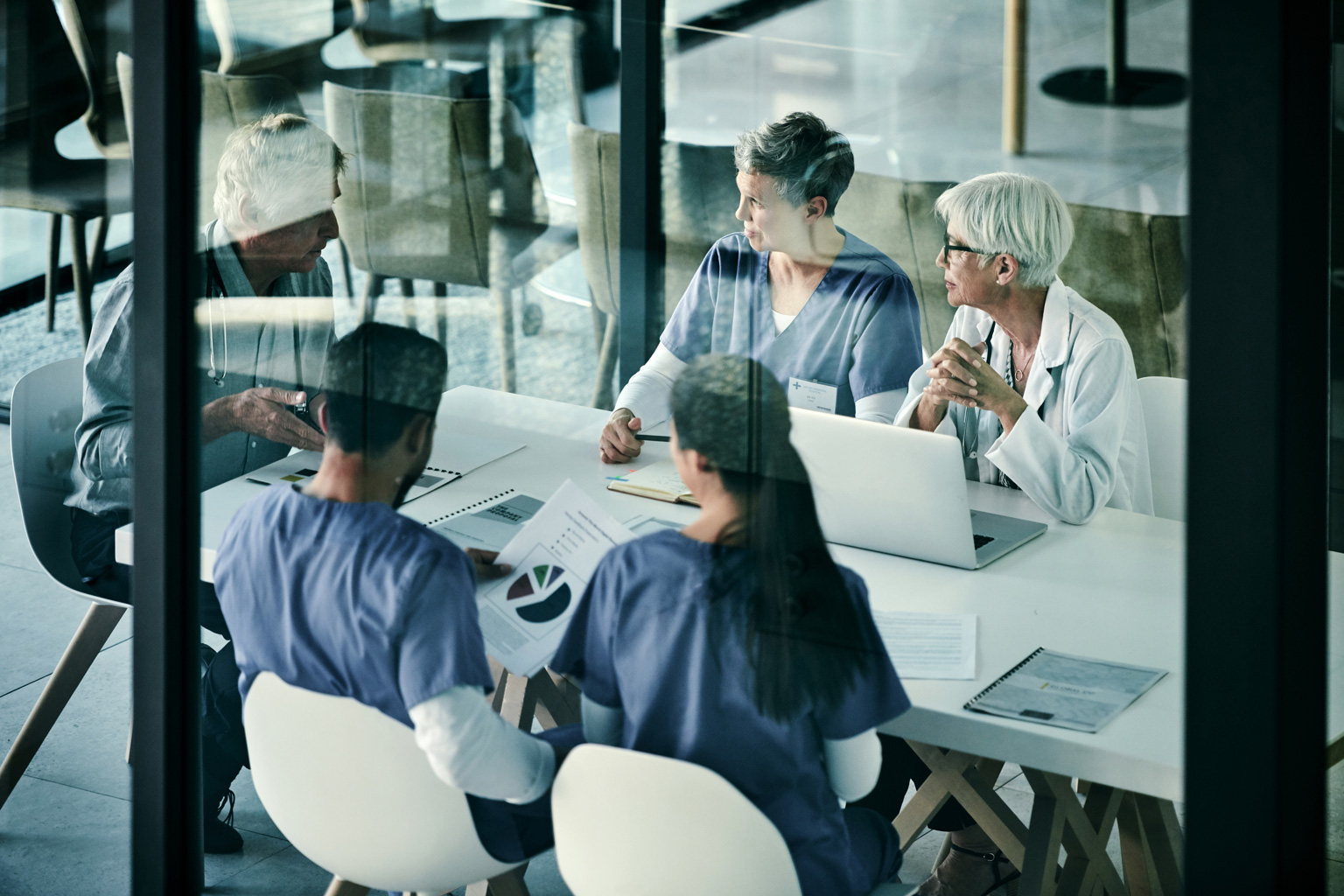 rupa managerów i lekarzy rozmawia na temat zarządzania ryzykiem w Progmedica