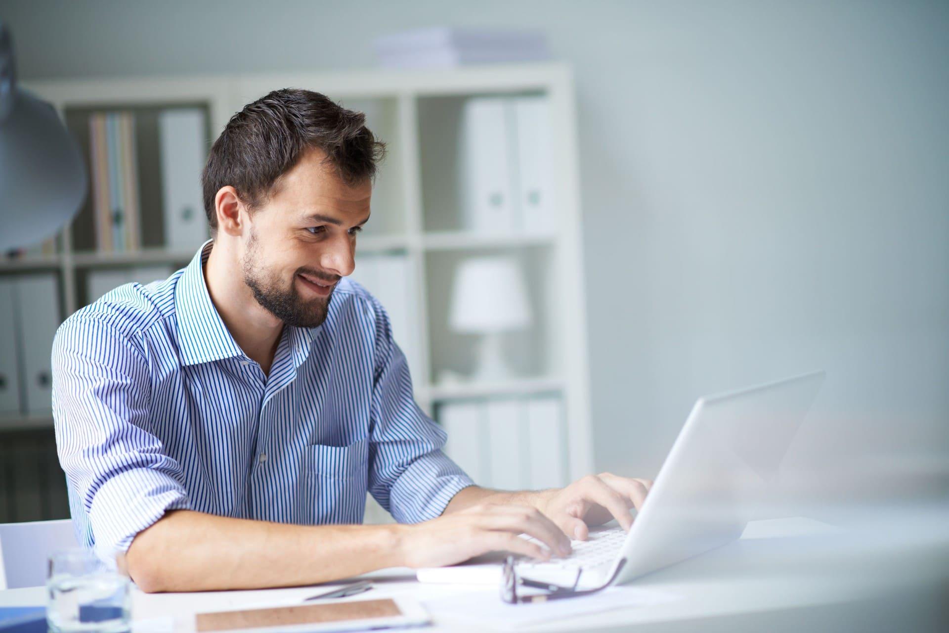 Man bezig met automatisch factureren op laptop